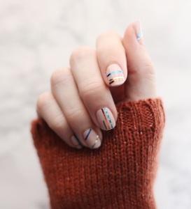 minimal stripes manicure